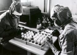 Vakcína proti chřipce se takto podobně vyrábí už déle než 70 let. Kredit: WHO / D. Henrioud
