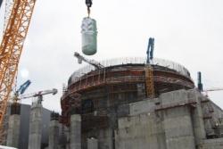 Instalace tlakové nádoby druhého bloku druhé fáze Leningradské jaderné elektrárny (zdroj Rosatom)