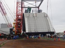 Manipulace s částí krytu třetího bloku (zdroj TEPCO).