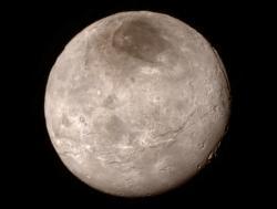 Měsíc Charon ze vzdálenosti 466 000 kilometrů. Zdroj: http://www.nasa.gov/