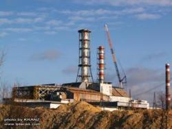 """Nové ventilační zařízení u sarkofágu čtvrtého bloku jaderné elektrárny Černobyl je dokončeno 29. lisopadu 2011 (zdroj Jevgen """"KRANZ"""" Gončarenko na serveru www.lplaces.com)."""