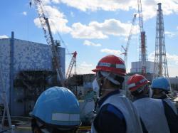 Starosta města Kašiwazaki navštívil areál elektrárny Fukušima I, snímek z jeho pobytu v blízkosti druhého bloku (zdroj TEPCO).