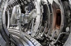 Vnitřní stěny vakuové komory a divertor tokamaku JET se rekonstruovaly do podoby budoucího vybavení tokamaku ITER (zdroj ITER).