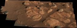 Zobrazení obroušených a zavátých skalisek a dně kráteru Jezero pořízené kamerou Mastcam-Z vozidla Perseverance dne 27. dubna 2021 (zdroj NASA/JPL-Caltech/ASU/MSSS).