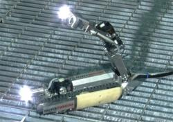 Malý robot, který by měl proniknout potrubím do kontejnmentu druhého bloku, měl by vydržet celkovou dávku až 1000 Sv (zdroj IRID/Toshiba).