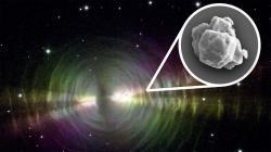 Zrno SiC prachu a planetární mlhovina Vajíčko. NASA, W. Sparks (STScI) and R. Sahai (JPL). Inset: Janaína N. Ávila.