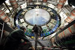 Operátoři legendárního detektoru ATLAS vútrobách LHC. Kredit: CERN.