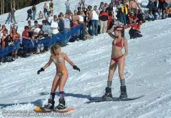 """Při takovém snowbordingu hrozí """"spálení"""" během několika minut. Podle norských vědátorů hazard a nerozum. Zřejmě nekalkulovali s uplatněním blahodárného vlivu na oční sítnici, což si zaslouží ocenit: Sláva hazardu a nevědomost budiž pochválena!"""