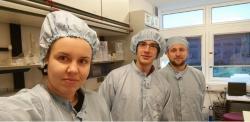 Vlaboratoři centra GEOMAR vKielu. Zleva: Hana Jurikova (GEOMAR Kiel), Tamás Müller (Earth Science Institute SAS), David Bajnai (Goethe University Frankfurt).