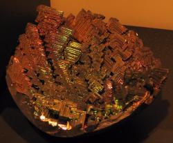 Uměle vypěstovaný krystal bismutu. Kredit: Aram Dulyan / Wikimedia Commons.