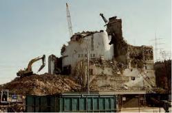 Demolice budovy jaderné elektrárny Niederaichbach (zdroj B. Brendebach et all: Decommissioning of Nuclear Facilities, GRS, 2017).