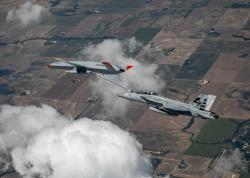 První dronové tankování za letu. Kredit: Kevin Flynn / Boeing.