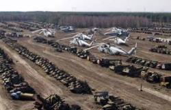 """Odložená technika, která zúčastnila likvidace jaderné havárie v Černobylu. Existují dvě plochy s touto technikou. Jedna byla určena jako """"úložiště"""" kontaminované techniky, u které bylo jasné, že je odepsaná. Druhá byla určena k tomu, aby zde byla uskladněna technika, která by po čase byla vyčištěna mohla se využívat. K ničemu takovému však nedošlo. (Zdroj: Stránky Sedm výletů po Ukrajině http://7chudes.in.uk/)"""