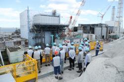 Pokračují práce na dekontaminaci a úpravě patra s bazénem vyhořelého paliva na druhém bloku. K tomu účelu se zde přistavěla speciální plošina. (Zdroj TEPCO).