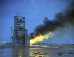 Test raketového motoru F-1 (zdroj NASA).