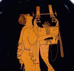 Mladík hraje na sedmistrunnu kytharu a zpívá, kolem roku 490 v Athénách, teď ale v Berlíně. Kredit: Wikimedia Commons