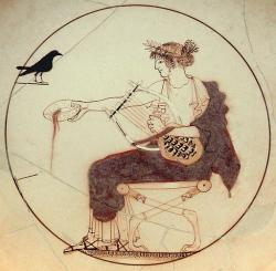 Apollón hraje na sedmistrunnu lyru a věští, kolem 460 před n. l. na dně misky v Delfách. Kredit: Wikimedia Commons.