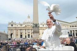 Vypouštění poslů míru je v Římě tradicí a přicházejí se jí poklonit tisíce. (Kredit: Radio Vaticana)