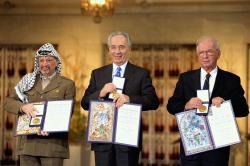 Nositel� Nobelovy ceny za m�r z roku 1994 v Oslu.�Zleva doprava: PLO p�edseda J�sir Arafat, izraelsk� ministr zahrani�� �imon Peres, izraelsk� premi�r Yitzhak Rabin   (Foto: Saar  Yaacov,�GPO� CC BY-SA 3.0)