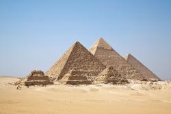 Velké pyramidy v Gíze jsou ukázkou zajímavé skutečnosti, že nejdéle by tu po člověku zůstaly právě ty nejstarší kamenné monumenty z dob starověku. Pokud by postavili něco podobného inteligentní dinosauři před více než 66 miliony let, dozvěděli bychom se to? Mohly by být podobně velké objekty zachoványi napříč geologickým časem? Kredit: Ricardo Liberato
