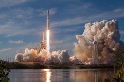 Na záver niečo naozaj veľké – štartuje Falcon Heavy od SpaceX.