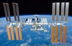 Medzinárodná vesmírna stanica ISS je už poriadny kolos- ale obývané sú len tie valce v strede obrázka. Americká časť je vpredu, ruská vzadu – nahor z nej čnie pripojený Sojuz. Wikipedia.