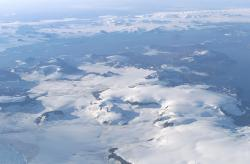 Ostrov Jamese Rosse při pohledu z letounu NASA DC-8 během mise AirSAR v roce 2004. Najít zkameněliny dinosaurů v této mrazivé pustině je velká dřina, a to navzdory jejich zdejšímu (předpokládanému) značnému množství. Kredit: Jim Ross, NASA (převzato z Wikipedie)