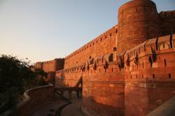 Ágra, známá též jakoRudá pevnost v Ágře. V doběMughalské říšezde sídlili tehdejší panovníci a řídili odtud celou zemi. Je rovněž součástísvětového dědictvíUNESCO. (Kredit: Hans A. Rosbach, Wikipedia, CC BY-SA 3.0 )