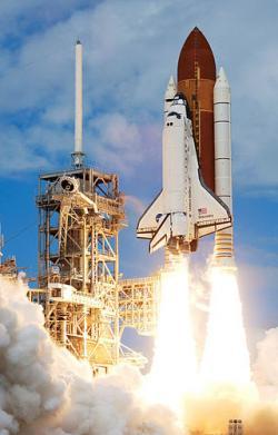 Start raketoplánu Discovery se sedmičlennou posádkou (zdroj NASA).