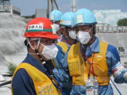 Ve většině areálu elektrárny Fukušima I už není potřeba využívat úplné ochranné oblečeni. Návštěva ministra ekonomiky, obchodu a průmyslu Hirošige Seka v areálu (zdroj TEPCO).