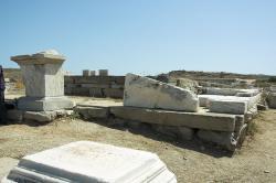Hlavní oltář Apollónova chrámu na Délu (vlevo). Kredit: Wikimedia Commons.
