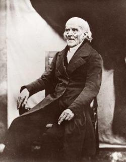 """Homeopatie vychází z učení Samuela Hahnemanna (1841), který prosazoval léčbu  """"similia similibus curentur"""". Jeho dnešní následovníci se zásady léčit """"podobné podobným"""" u průjmů tak striktně nedrží a nabádají léčit průjem posloucháním léčivých zvuků. Hudební nahrávku lze  koupit. Léčitelé nejspíš nestojí o to, abychom se k nim s průjmem vydávali osobně. Osel léčbu hdolá vyzkoušet, ale momentálně se mu nedostává salmonel. Také ještě čeká na příbalový leták, aby si nesprávným dávkováním neuhnal zácpu."""