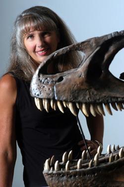 """Mary Higby Schweitzer, objevitelka červených krvinek a jiných """"měkkých tkání"""" vefosilizovanýchkostechtyranosauraB-rex(MOR 1125) s odhadovaným stářím 65 milionů let."""