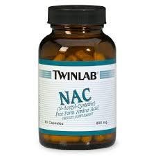 """Máme ho brát třikrát denně, spolu s vitamínem C. V krabičkách se schovává pod celou řadou názvů: Acetylcystein, N-acetylcysteine, N-acetyl-L-cystein, nejčastěji však jen jako účinná látka """"NAC""""."""