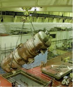 Odstranění parogenerátoru během rozebírání vnitřního vybavení (zdroj B. Brendebach et all: Decommissioning of Nuclear Facilities, GRS, 2017).
