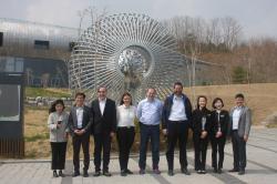 Před návštěvním centrem organizace KORAD u úložiště nízko a středně aktivního odpadu (zdroj Igor Jex).