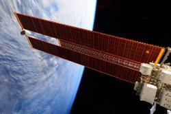 Solární panely vesmírné stanice ISS (zdroj kosmonautka Samantha Cristforettiová, NASA).
