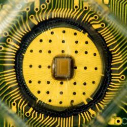 Experimentální čip spamětí PCM. Kredit: IBM Research.