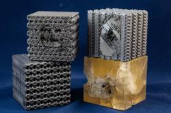 3D tištěné kostky polymeru plus jedna homogenní kostka. Kredit: Jeff Fitlow/Rice University.