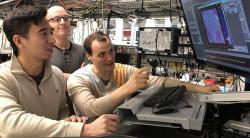 Monitorování překvapivých výsledků kvantových experimentů. Kredit: David Awschalom.