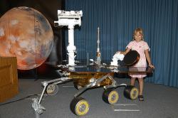 Marsovské vozítko s vyklopenými panely (zdroj NASA).