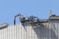 Rozebírání chladící věže jaderné elektrárny Mülheim-Kärlich pomocí speciálního bagru (zdroj Wikipedie Lothar Spurzem).