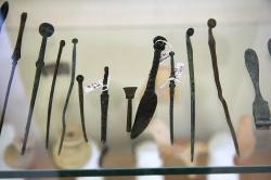 Antické chirurgické nástroje hrozivého vzhledu. Jejich výskyt v Asklépiu koliduje s Hippokratovou přísahou. Muzeum v Epidauru. Kredit: Wikimedia Commons.