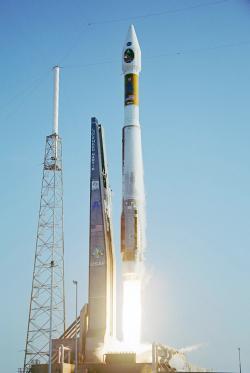 Američané intenzivně využívali rakety Atlas. Ta vynášela i zajímavé vědecké družice. Zde je start rakety Atlas V se sondou MRO (Mars Reconnaissance Orbiter). Atlas V využíval ruské motory RD-180. (Zdroj NASA).