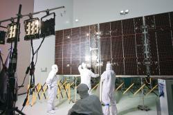 Testování a příprava fotovoltaických panelů sondy Juno (zdroj NASA).