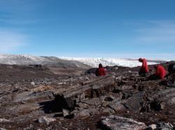 Lokalita, kde v Grónsku v červenci roku 2012 našli se něco, co se posléze ukázalo být nejstarší fosílií na Zemi. (Kredit: Laure Gauthiez)