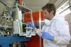 Práce na zařízení TASCA, které zkoumá chemii supertěžkých prvků v GSI Darmstadt (zdroj GSI Darmstadt – G. Otto)