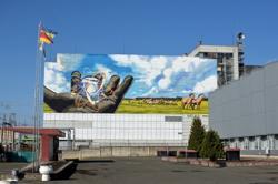 Ke zkrášlení areálu Černobylské jaderné elektrárny má přispět i nová malba na stěně strojovny (zdroj Černobylská jaderná elektrárna).
