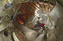 Práce na vylepšení stellarátoru Wendelstein 7-X, uvnitř se instaluje chlazení divertoru a vnitřní stěny (zdroj Wikipedie – Gwurden).