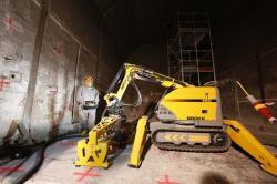 Seškrabávání horní kontaminované vrstvy betonu v elektrárně Rheinsberg (zdroj EWN).